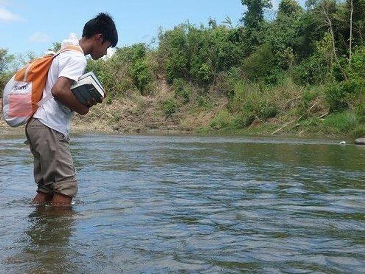 নদী পার হয়ে স্কুলে যাওয়া